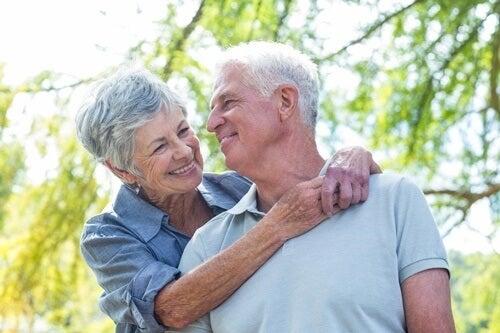 pareja feliz tras recibir tratamiento de acupuntura para las enfermedades neurodegenerativas