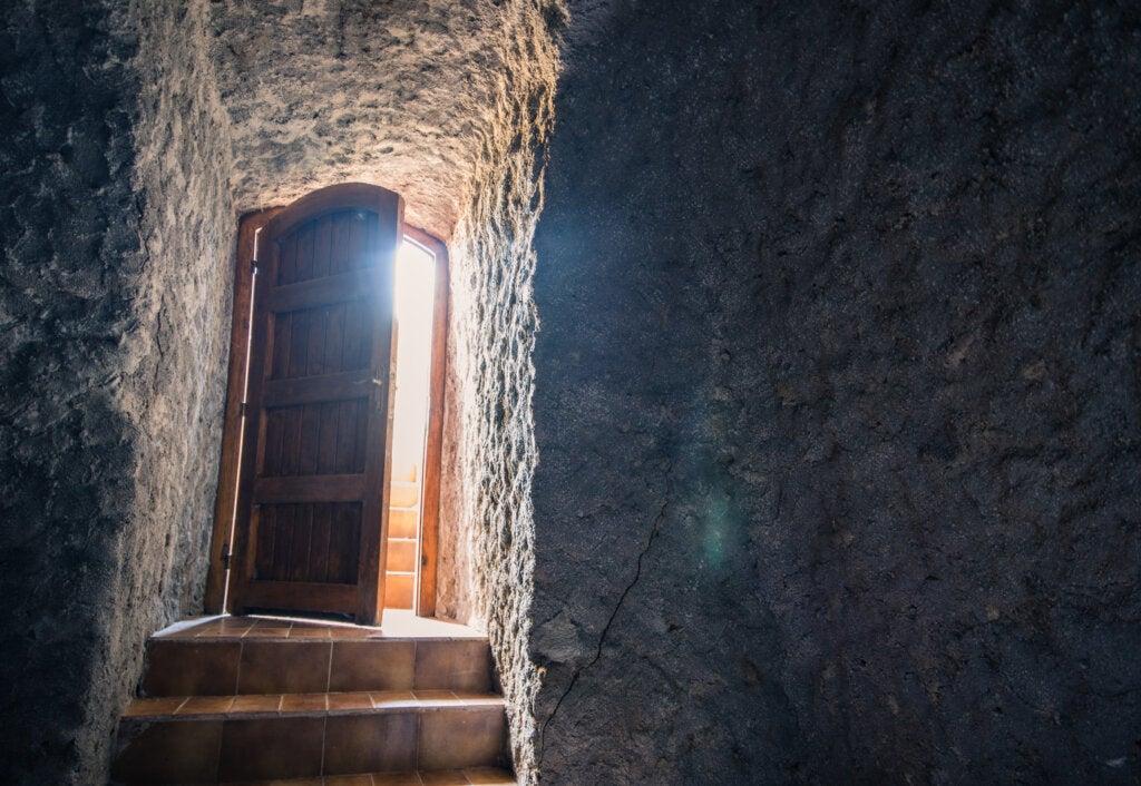 puerta entreabierta escalera