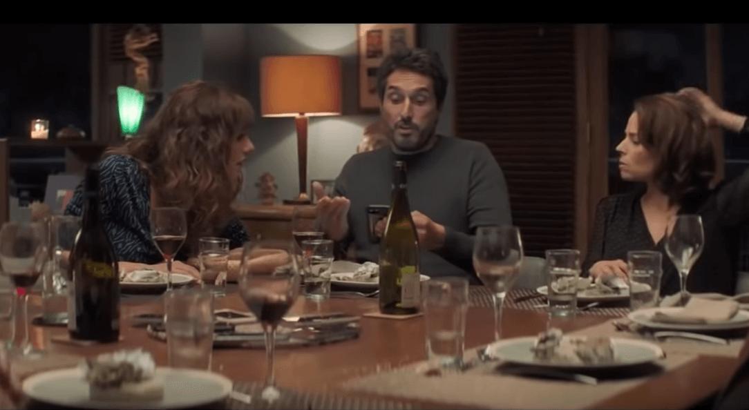 Amigos cenando en la película El juego