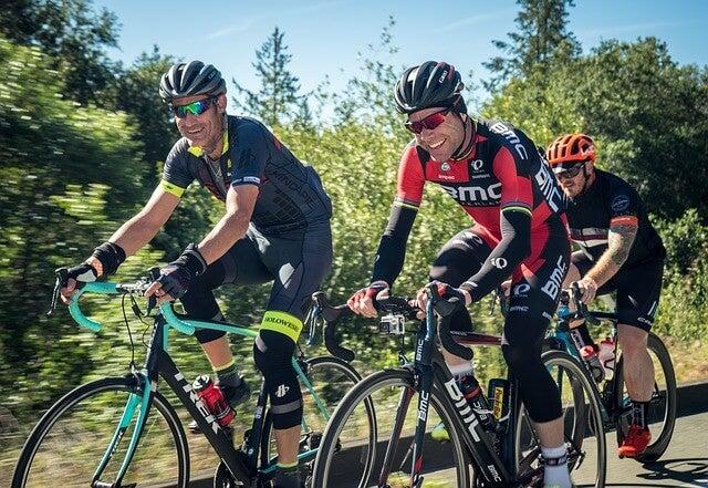 Amigos haciendo ciclismo