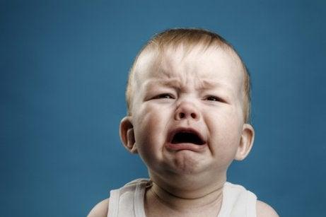 bebé llorando provocando ambivalencia afectiva a sus padres