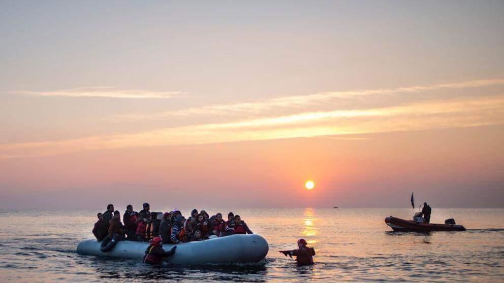 Bombero salvando personas en el mar