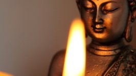Buda con luz de una vela