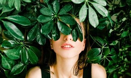 chica con hojas representando a las personas emocionalmente inteligentes