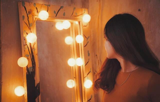 Chica mirándose al espejo