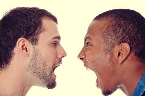 chicos de raza diferente simbolizando el cerebro de un racista
