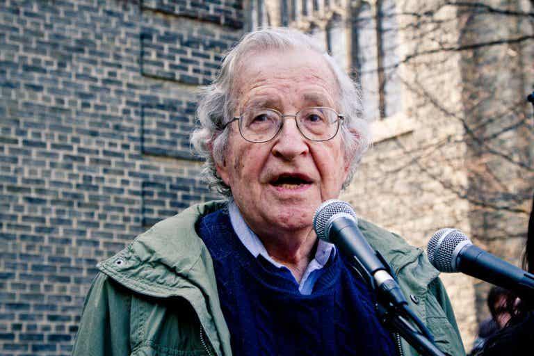Noam Chomsky: biografía de una mente brillante