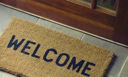 Felpudo con la palabra bienvenidos