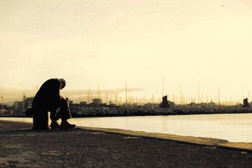 Hombre mayor triste simbolizando a las personas lastimadas