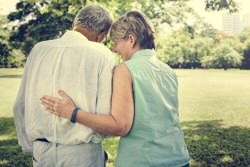 Hombre y mujer dándose un abrazo