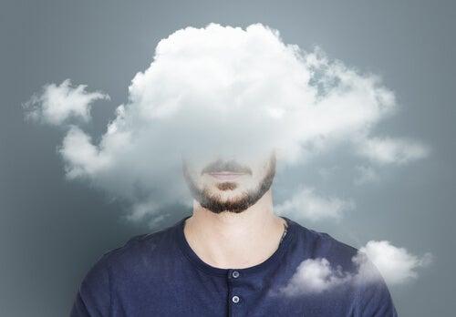 Hombre con nubes en la cabeza simbolizando cuando la pareja nos separa de amigos y familiares