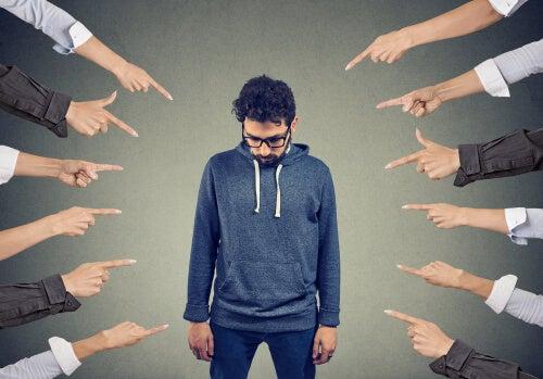 Hombre señalado para representar a las personas que nos comparan con los demás
