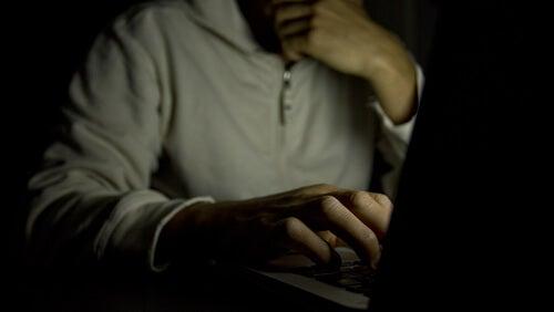 Hombre viendo pornografía