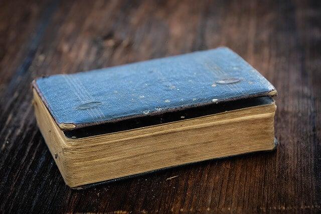 Libro antiguo sobre la mesa