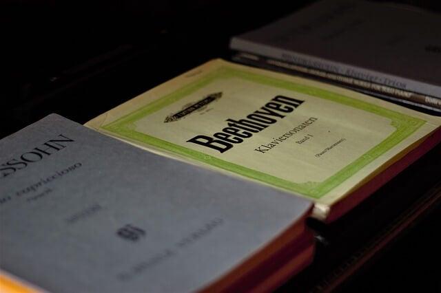 Libro con composiciones de Beethoven