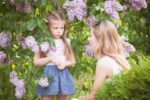 Madre explicando a su hija consecuencias del mal comportamiento