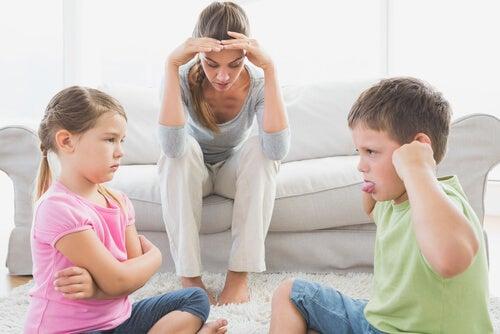 Madre con niños enfadados