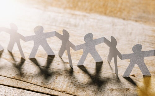 Monigotes de papel unidos para representar el concepto de altruismo
