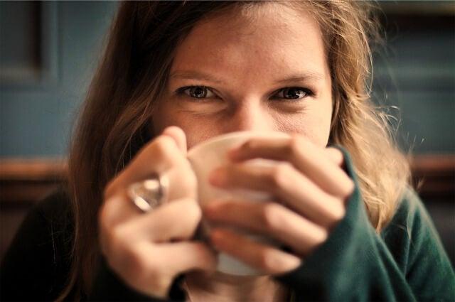 Mujer bebiendo un té caliente
