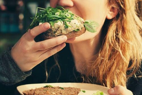 Mujer comiendo manos