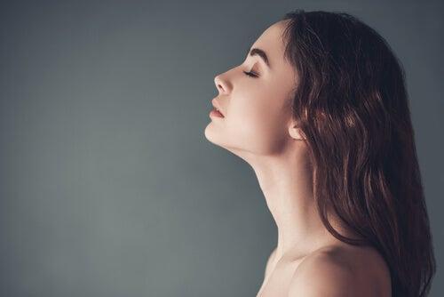 Mujer con los ojos cerrados relajándose