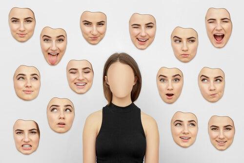 Mujer con varios rostros alrededor