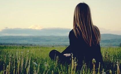 Mujer de espaldas intentando vivir en plenitud
