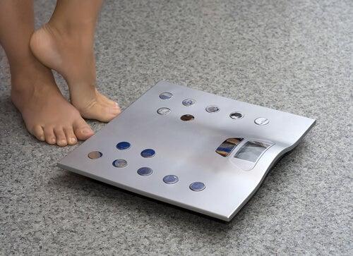 Mujer frente a un peso