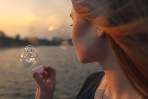 Mujer haciendo burbujas sintiendo nostalgia