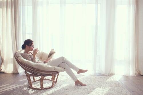 Mujer leyendo en una silla