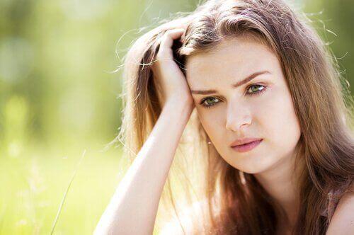 Mujer pensando cómo aceptar la ira