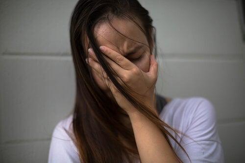 Mujer triste con depresión postparto