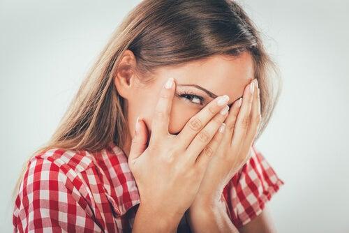 Mujer sintiendo vergüenza