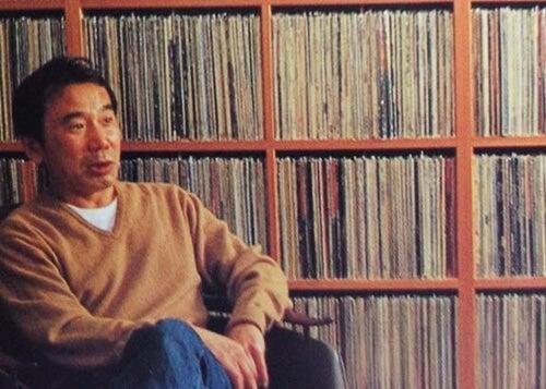 Haruki Murakami al lado estantería de discos