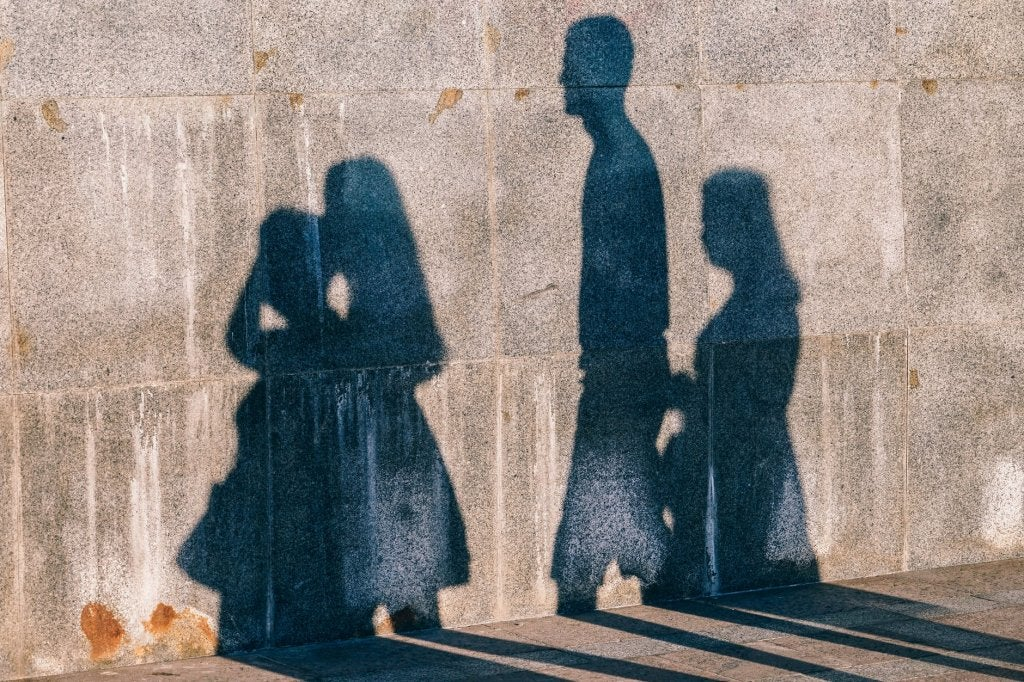 Muro com sombras de personas