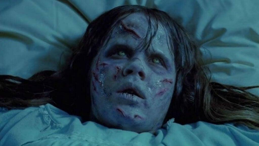 Niña con cicatrices en la cara de la película El exorcista
