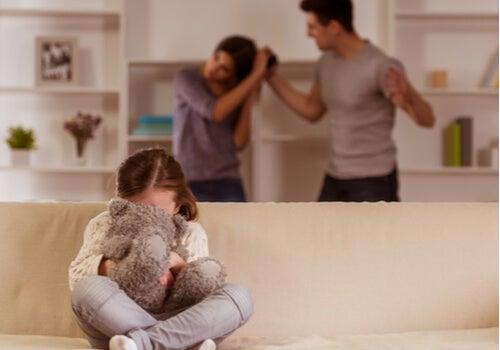 Niña con estrés por la discusión de sus padres