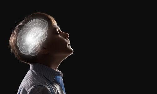 Niño con el cerebro iluminado para representar que los niños son como 'esponjas'