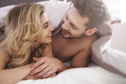 imagen representando el arte de  reírse en la cama