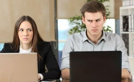 pareja en el trabajo representando cómo hay personas que nos hacen sentir incómodos