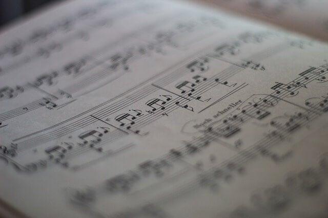 Partitura con notas de música