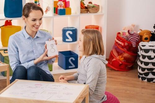Psicóloga con niña con tdah