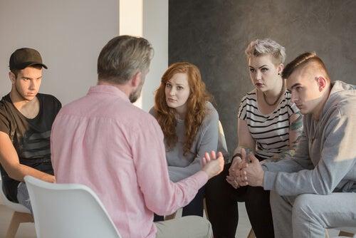 Psicólogo social con un grupo de personas