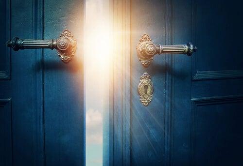 Puerta entreabierta representando los recuerdos felices de infancia