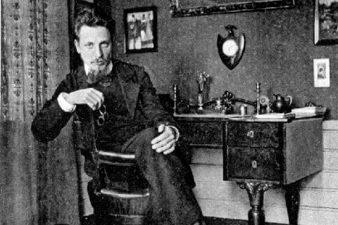Rainer María Rilke sentado en su escritorio