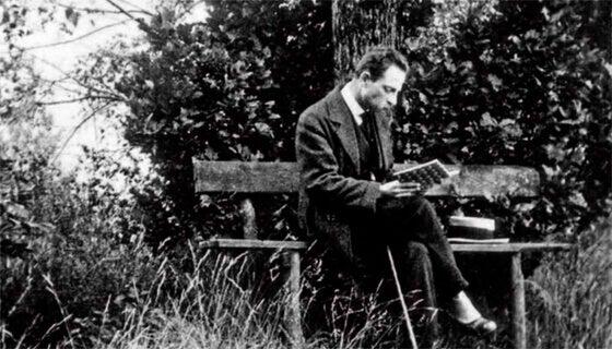 Rainer María Rilke sentado leyendo un libro