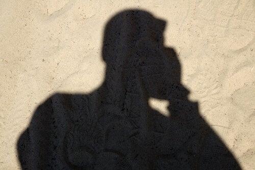 Sombra de un hombre hablando por teléfono