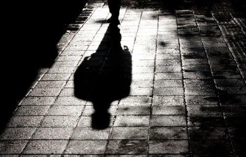 Sombra de un hombre en el suelo