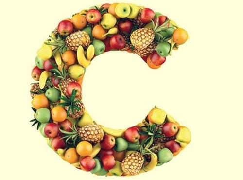 alimentos formando la letra de la vitamina C