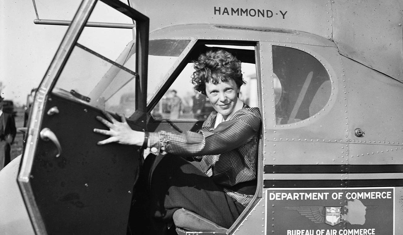 Amelia earhart en un avión